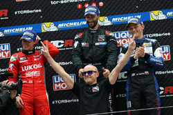 Podio: ganador Mikhail Grachev, West Coast Racing, Honda Civic TCR, ssegundo lugar James Nash, Team