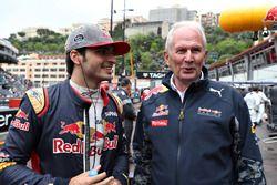 Carlos Sainz Jr., Scuderia Toro Rosso discuter avec Dr Helmut Marko, consultant Red Bull Racing