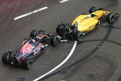 Contact entre Daniil Kvyat, Scuderia Toro Rosso STR11, et Kevin Magnussen, Renault Sport F1 Team RS16
