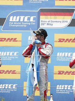 Podio: ganador José María López, Citroën World Touring Car Team, Citroën C-Elysée WTCC