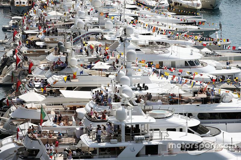 Barcos en el puerto pintoresco de Mónaco