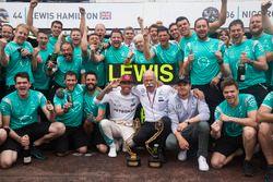 Yarış galibi Lewis Hamilton, Mercedes AMG F1 ve Dr. Dieter Zetsche, Daimler AG CEO, ve Nico Rosberg,