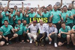 Le vainqueur Lewis Hamilton, Mercedes AMG F1 fête la victoire avec Dr. Dieter Zetsche, Daimler AG CEO, Nico Rosberg, Mercedes AMG F1, et l'équipe