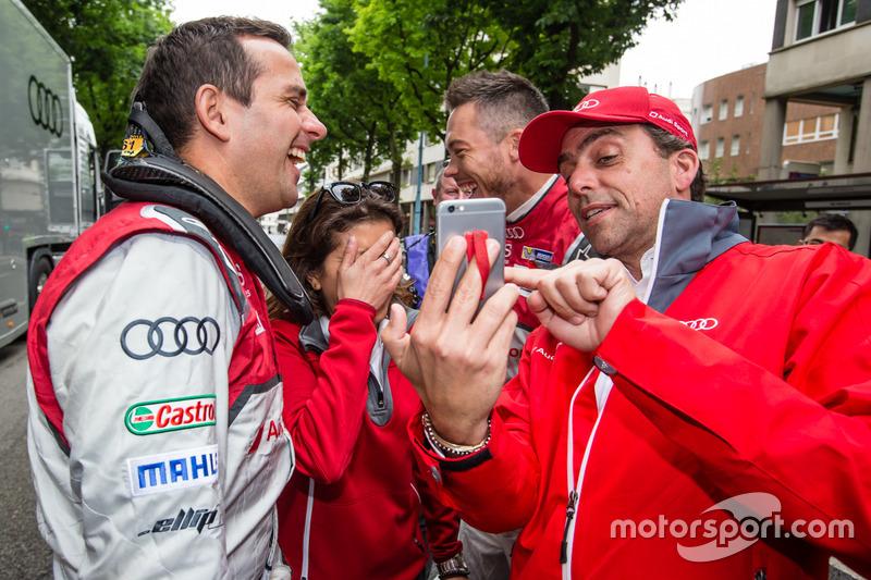Audi Sport Team Joest: Бенуа Трелує, гоночний інженер Ліна Гейд та Андре Лоттерер спробували зробити селфі, але щось пішло не так