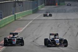 (L to R): Fernando Alonso, McLaren MP4-31 and Carlos Sainz Jr., Scuderia Toro Rosso STR11 battle for