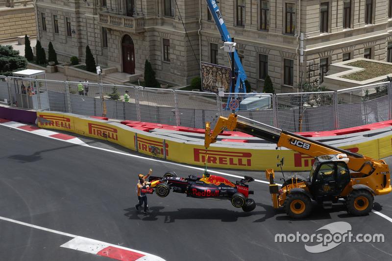 El Red Bull Racing RB12 de Daniel Ricciardo, Red Bull Racing  después de que se estrelló