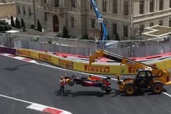 La Red Bull Racing RB12 de Daniel Ricciardo, Red Bull Racing est dégagée après son crash