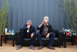 Johnny Herbert, présentateur Sky Sports F1 avec Damon Hill, présentateur Sky Sports dans la fanzone Sahara Force India F1 Team au Woodlands Campsite