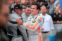 Il vincitore della gara Robert Wickens, Mercedes-AMG Team HWA, Mercedes-AMG C63 DTM con il team