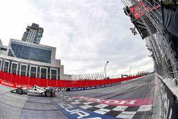Will Power, Team Penske Chevrolet, passe sous le drapeau à damier en vainqueur