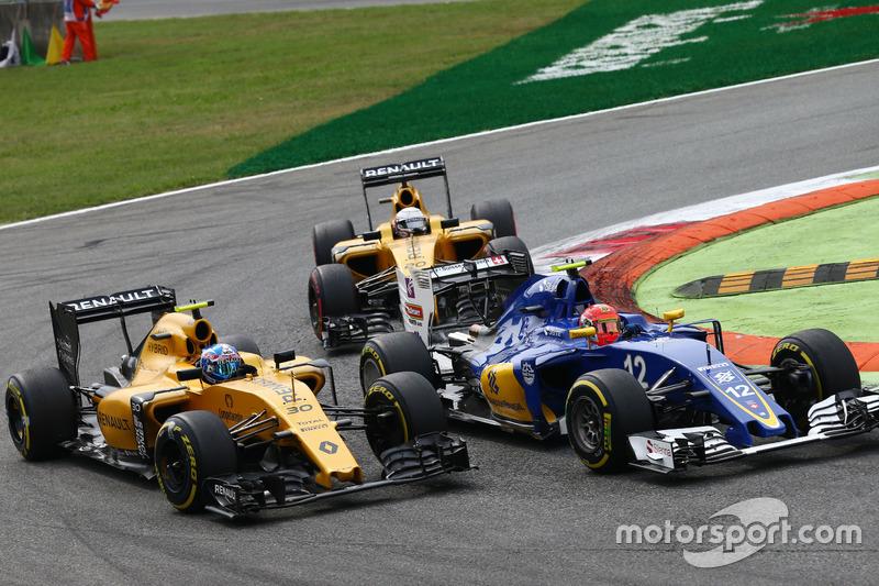 Jolyon Palmer, Renault Sport F1 Team RS16 and Felipe Nasr, Sauber C35