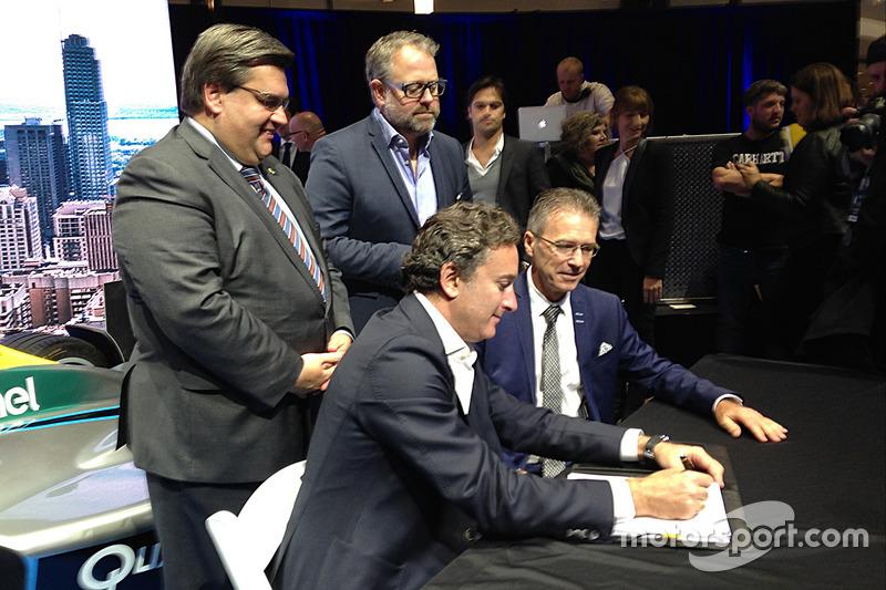 Alejandro Agag, CEO de la Formula E firma el contrato con Montreal