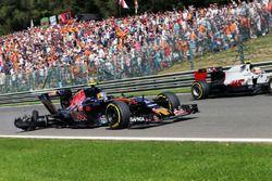 Carlos Sainz Jr. , Scuderia Toro Rosso STR11 con un pinchazo y el auto dañado and car damage