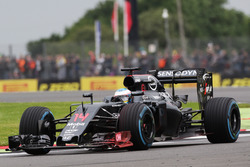 Fernando Alonso, McLaren MP4-31 avec de la peinture flow-viz sur l'aileron avant