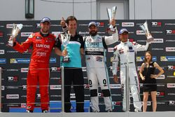 Podium: second place Pepe Oriola, Team Craft-Bamboo, SEAT León TCR; Winner Stefano Comini, Leopard Racing, Volkswagen Golf GTI TCR; third place Gianni Morbidelli, West Coast Racing, Honda Civic TCR