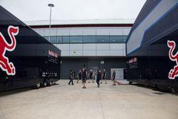 L'équipe Red Bull Racing joue au football dans le paddock