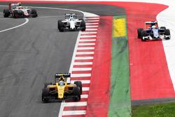 Jolyon Palmer, Renault Sport F1 Team R.S.16 alors que Marcus Ericsson, Sauber C35 sort large