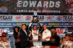 Le vainqueur, Carl Edwards, Joe Gibbs Racing Toyota