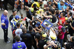 Valentino Rossi, Yamaha Factory Racing schreibt Autogramme