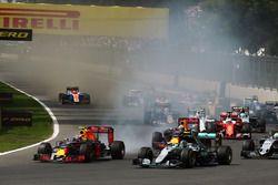 Max Verstappen, Red Bull Racing RB12 y Nico Rosberg, Mercedes AMG F1 W07 Hybrid