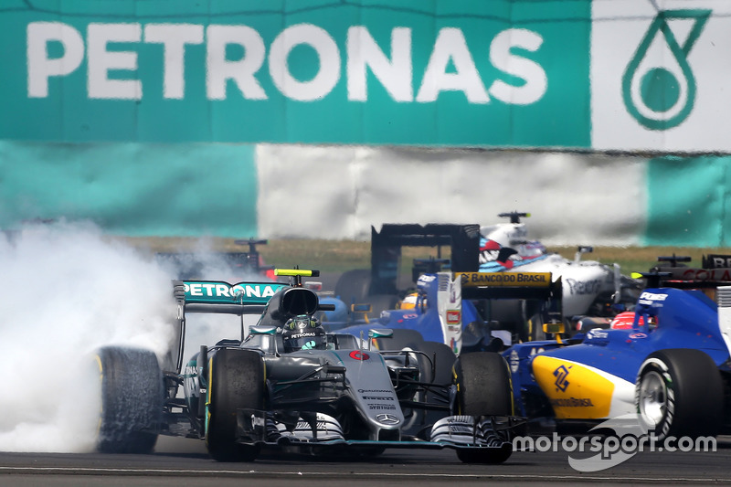 Rosberg trompea tras tocarse con Vettel