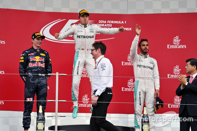 El podio: segundo lugar Max Verstappen, Red Bull Racing; Ganador de la carrera, Nico Rosberg, de Mercedes AMG F1; tercer lugar Lewis Hamilton, Mercedes AMG F1