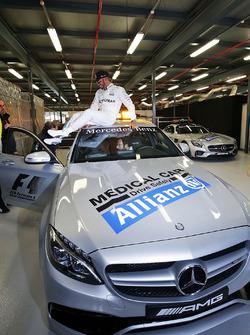 Lewis Hamilton, Mercedes AMG F1 Team fête sa pole position sur la voiture médicale
