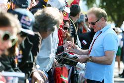 Jonathan Palmer, schreibt Autogramme für die Fans