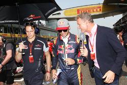 Carlos Sainz Jr., Scuderia Toro Rosso avec David Coulthard, Commentateur Channel 4 F1 sur la grille