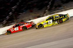 Michael Annett, HScott Motorsports Chevrolet en Carl Edwards, Joe Gibbs Racing Toyota