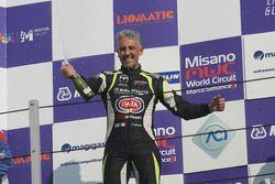 Il vincitore di Gara 2 Davide Uboldi, Eurointernational, festeggia sul podio