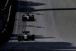 Valtteri Bottas, Williams FW38, ve Lewis Hamilton, Mercedes F1 W07 Hybrid