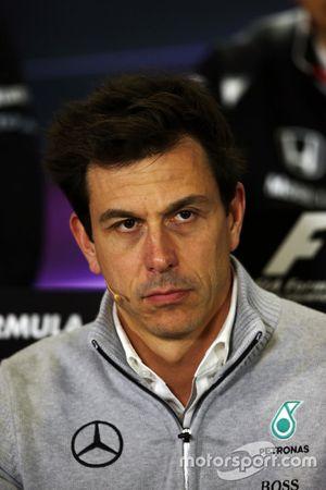 Toto Wolff, Mercedes AMG F1 Accionista y Director Ejecutivo de la Conferencia de prensa FIA