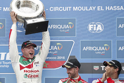 Podium: race winner Rob Huff, Honda Racing Team JAS, Honda Civic WTCC