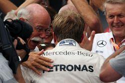Yarış galibi Nico Rosberg, Mercedes AMG F1 ve Dr. Dieter Zetsche, Daimler AG CEO