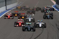 Nico Rosberg, Mercedes AMG F1 Team W07 mène au départ de la course