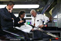 Charlie Whiting, delegado de la FIA inspecciona el aeroscreen de Red Bull Racing RB12