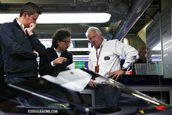 Charlie Whiting, FIA Delegate schaut sich den Red Bull Racing RB12 Aeroscreen an