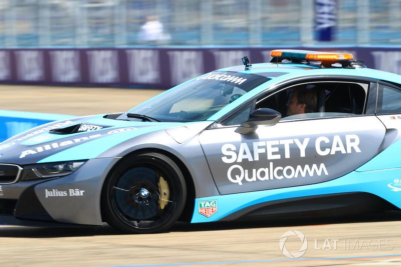 Nico Rosberg, Champion du monde de F1 au volant du Safety Car BMW i8 Qualcomm