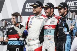 Podium: Racewinnaar Tom Coronel, Boutsen Ginion Racing Honda Civic Type R TCR, tweede plaats Rob Huff, Sébastien Loeb Racing Volkswagen Golf GTI TCR, derde plaats Frédéric Vervisch, Audi Sport Team Comtoyou Audi RS 3 LMS