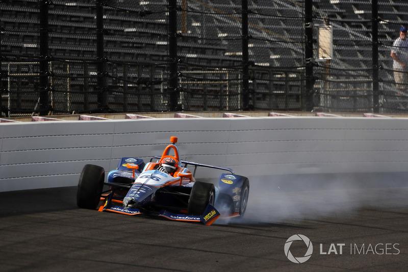 J.R. Hildebrand, Dreyer & Reinbold Racing Chevrolet, choca en la curva 4