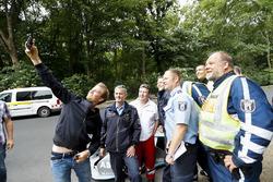 Le Champion du monde de F1, Nico Rosberg avec la police locale et la Gen2