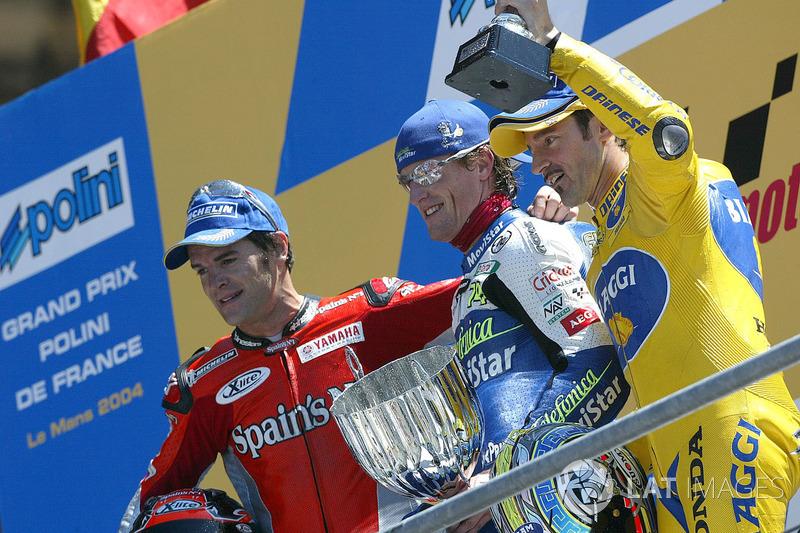 Podio: 1º Sete Gibernau, 2º Carlos Checa, 3º Max Biaggi