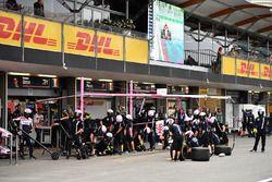 Les mécaniciens Force India F1 se préparent à un arrêt au stand