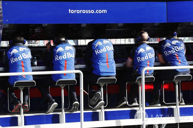 El equipo de Toro Rosso en la pared del pit