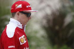 Kimi Raikkonen, Ferrari, con la felpa la cui replica è in palio per il GP Predictor del GP dell'Azerbaijan