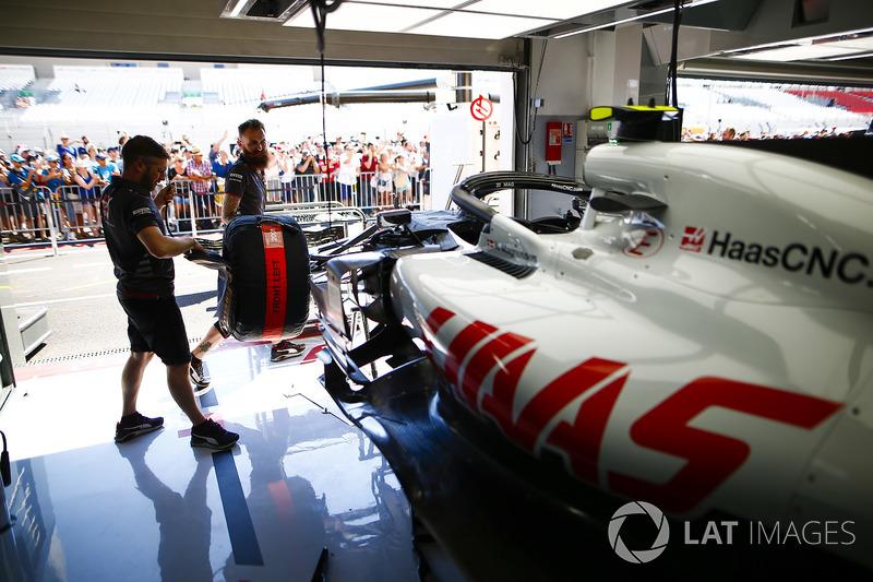 Des mécaniciens travaillent sur la voiture de Kevin Magnussen Haas F1 Team VF-18