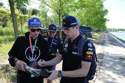 Max Verstappen, Red Bull Racing signe des autographes pour les fans