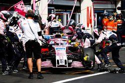 Sergio Perez, Force India VJM11, est ramené au garage et abandonne