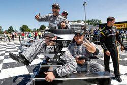 I membri del team di Josef Newgarden, Team Penske Chevrolet, con il trofeo
